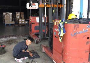 nhân viên asa tiến hành sửa xe nâng