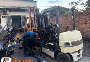 Nhân viên Asa khi sửa xe nâng