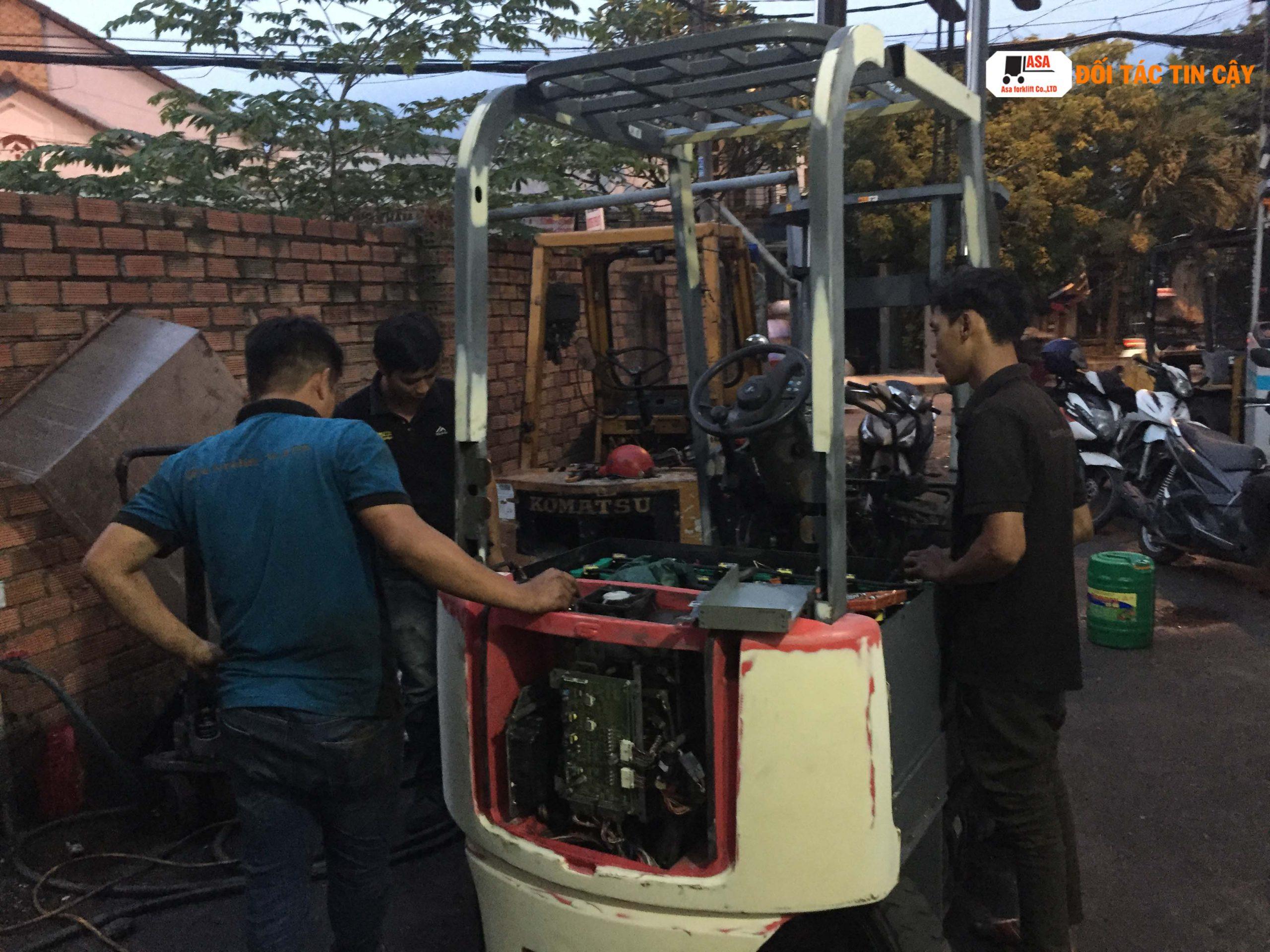 Nhân viên Asa làm đến tối để kịp tiến độ giao xe nâng cho khách đúng hẹn, vì Uy Tín là tiêu chí hàng đầu của Công Ty Asa