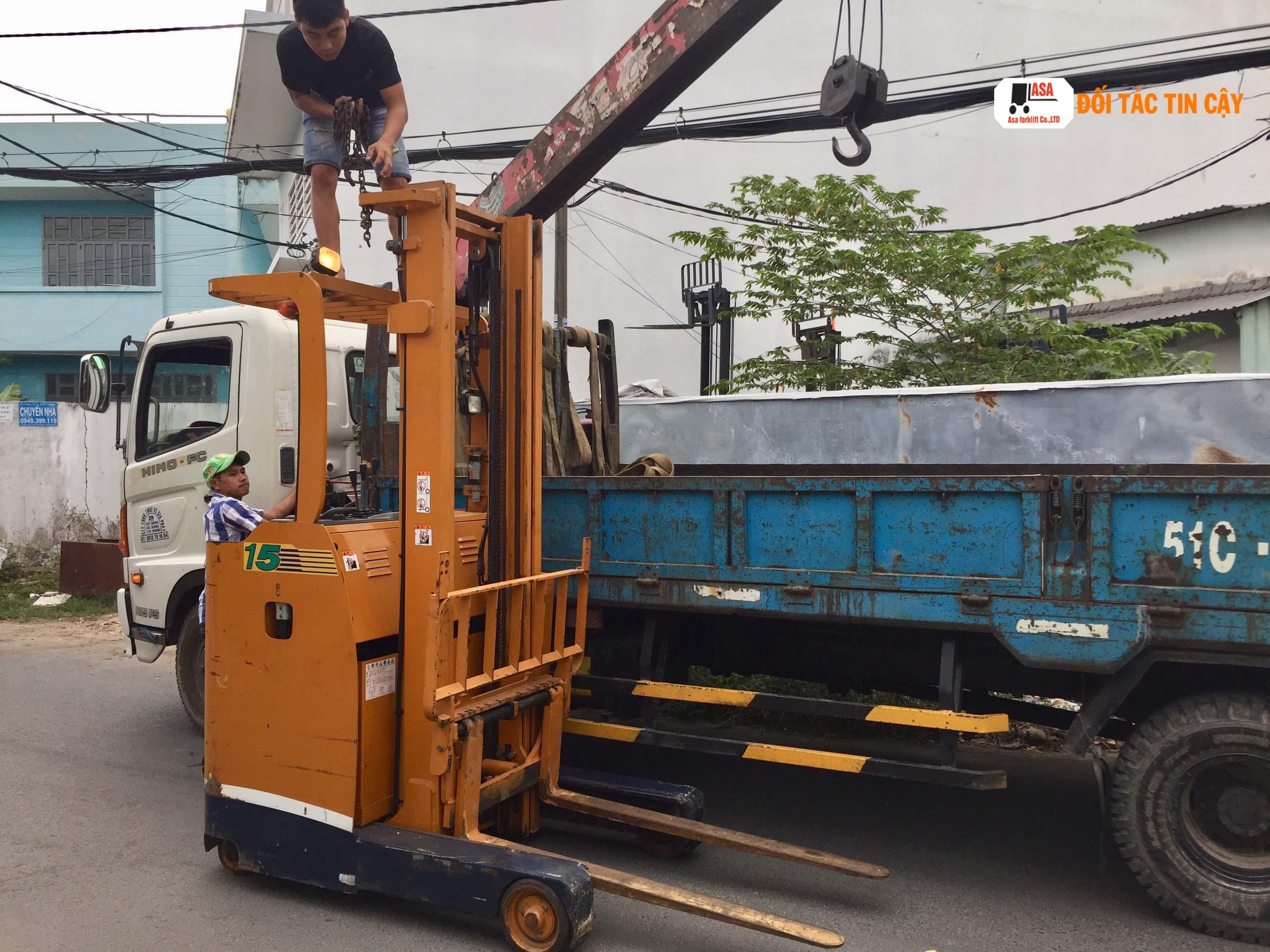 Reach Truck là loại xe nâng điện sử dụng ắc quy dạng đứng lái