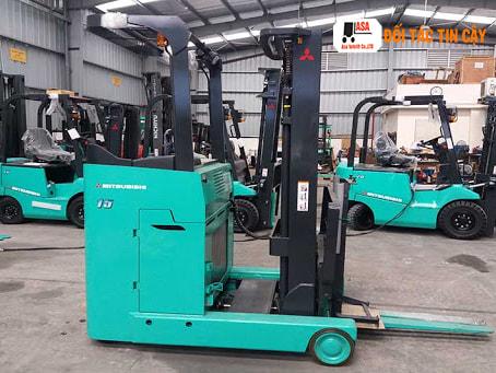 Xe nâng Reach Truck di chuyển phù hợp dùng để vận hành tại bến cảng cũng như trong các lối đi hẹp
