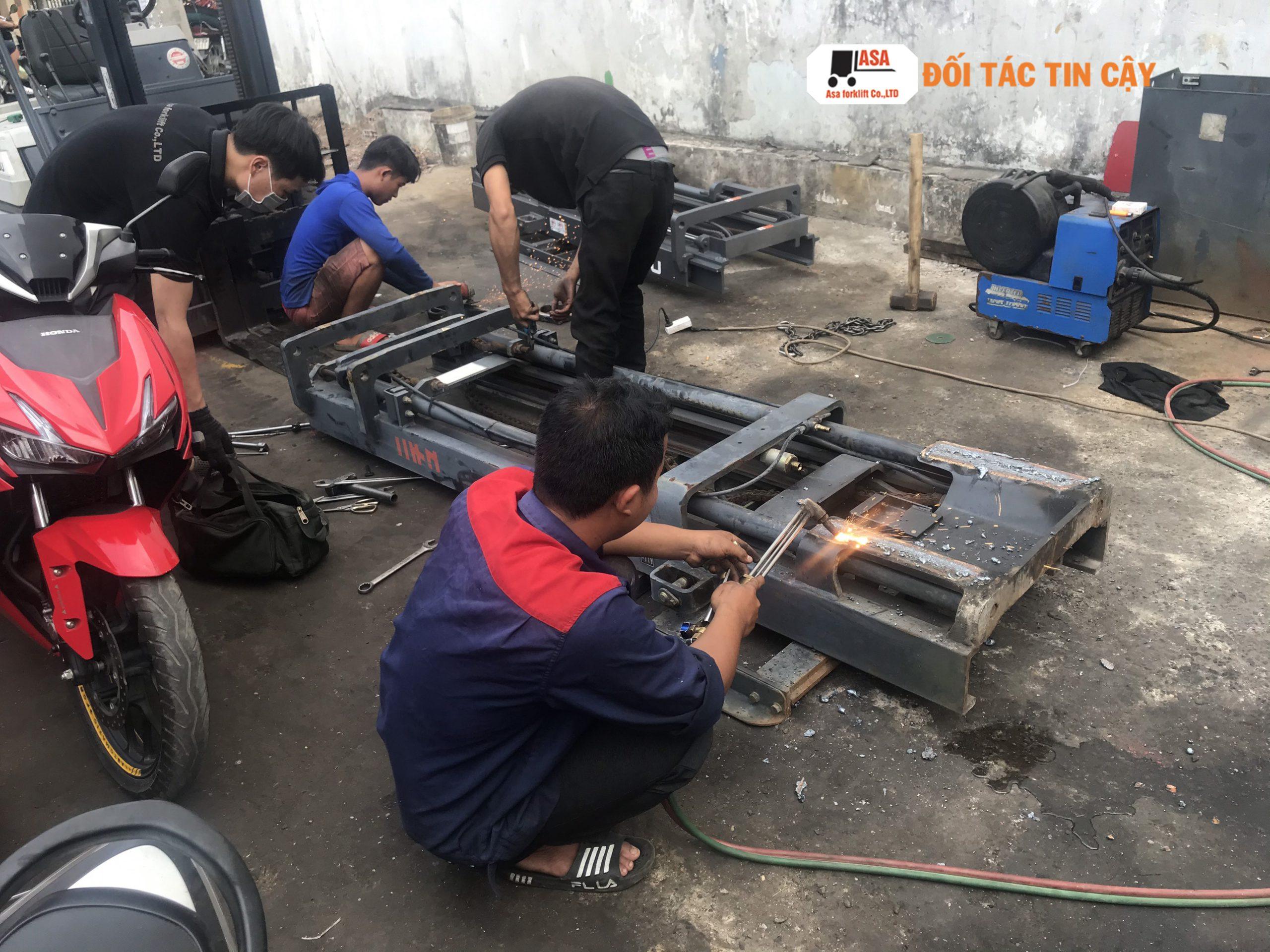 Sửa xe nâng hàng đòi hỏi phải có chuyên môn kỹ thuật cao. nếu không sẽ gây ra thiệt hại nặng hơn