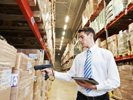 Mỗi hàng hóa trong kho cần được dán nhãn đầy đủ về thông tin màu, mã hàng, kích thước